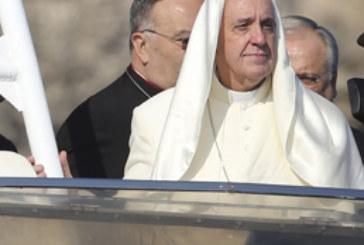 Il papa a Lesbo, icona dei tempi
