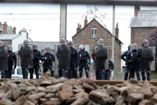 1008x646_crs-deloge-manifestants-bloquaient-rails-marge-manifestation-contre-loi-travail-10-mai-2016