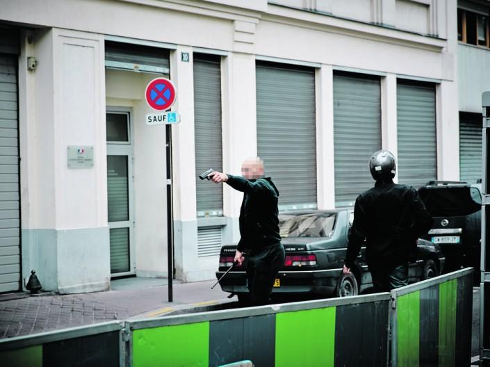 Parigi, i lavoratori lo cacciano dal corteo, lo sbirro caccia la pistola