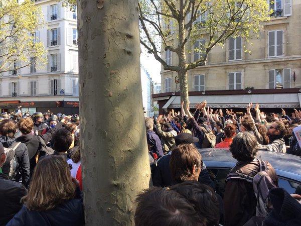 Primo maggio, altri scontri a Parigi, la polizia ferma il corteo