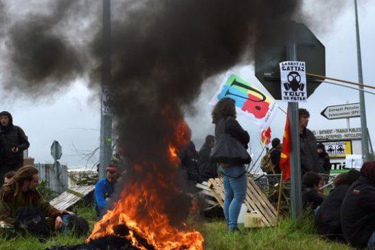 des-manifestants-bloquent-la-raffinerie-le-19-mai-2016-a-douchy-les-mines_5600173