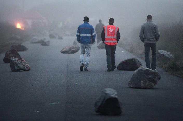 Donges, manifestanti bloccano con dei massi l'accesso a un deposito di carburanti vicino alla raffineria