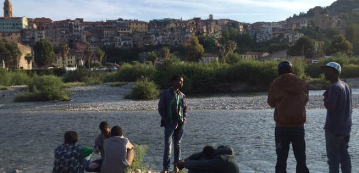 I migranti in attesa alla foce del fiume Roia