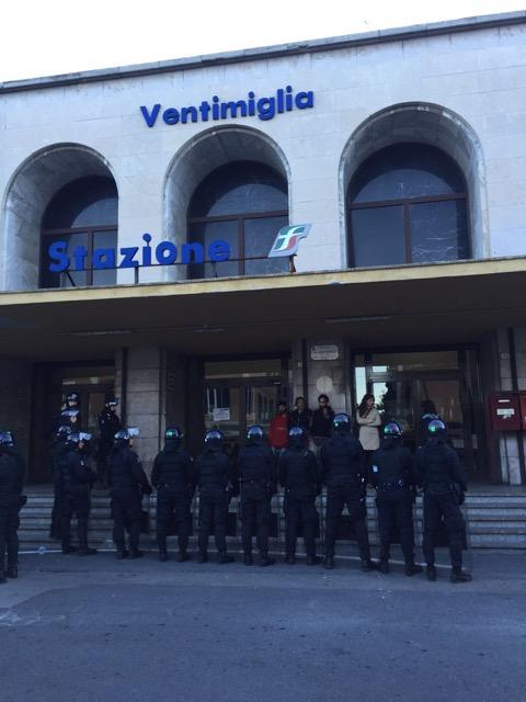 La polizia presidia la stazione ferroviaria di ventimiglia