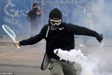 Francia, una racchetta per difendersi dalla violenza della polizia