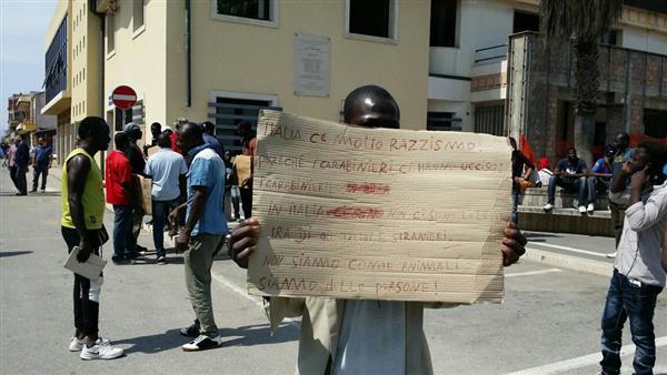 Rosarno, sale la tensione nella tendopoli. Migranti in strada