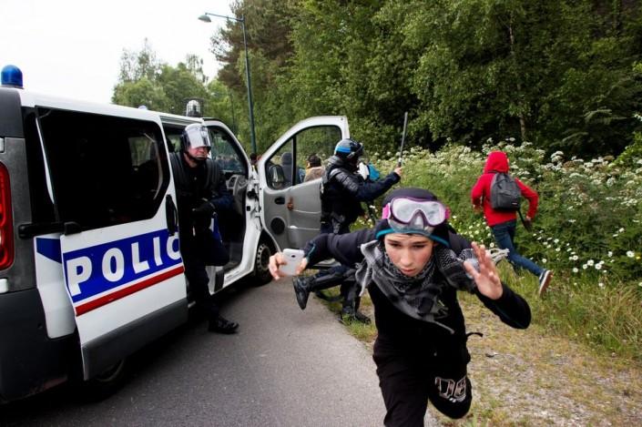 Francia, ancora violenze di polizia. Ma gli scioperi non si fermano