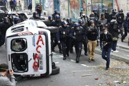882183-les-forces-de-l-ordre-lors-d-une-manifestation-de-militants-antifascistes-a-paris-le-4-juin-2016