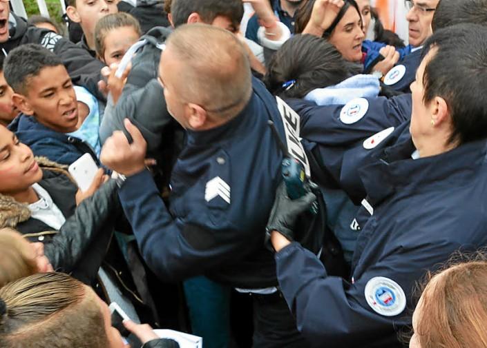 Undici i bambini feriti dalla polizia mentre i loro genitori picchettavano la scuola a Saint Malo