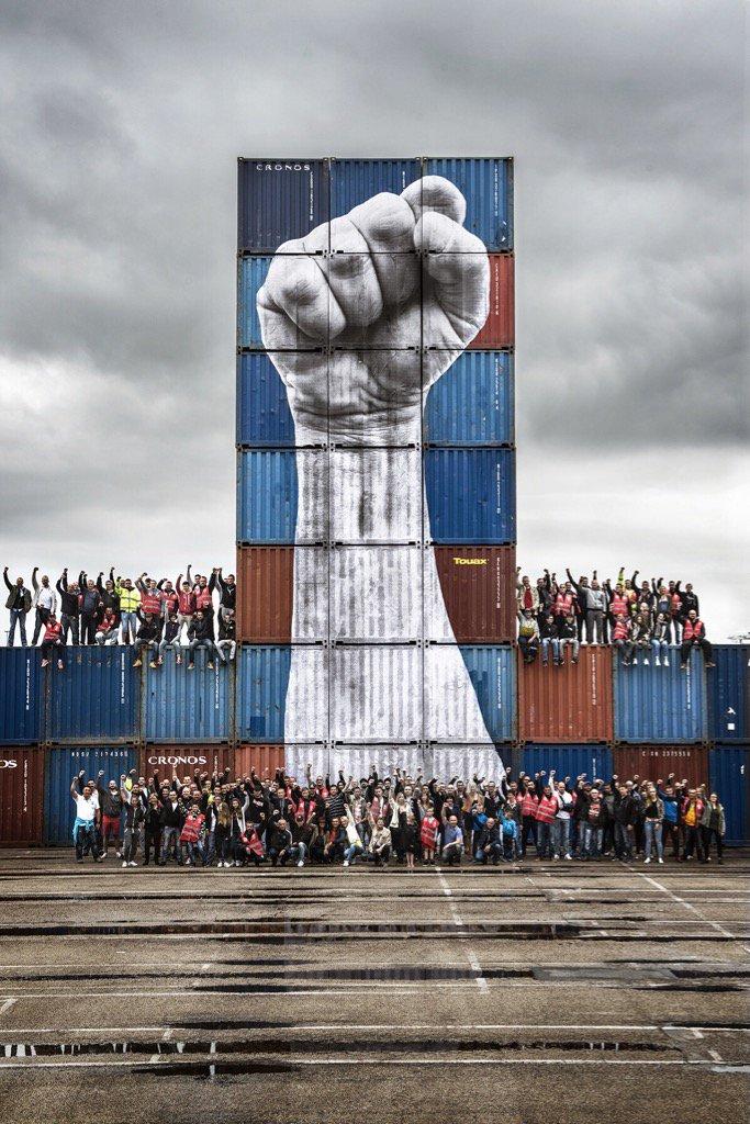 Le Havre, street art contro il jobs act: un pugno chiuso alto 15 metri