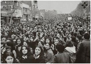 Marzo 1980. A Teherán  le donne marciano contro l'imposizione del velo