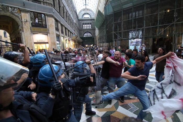 Renzi a Napoli: tafferugli in Galleria Umberto I
