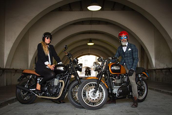 gentiluomo e gentildonna in sella a moto special Triumph