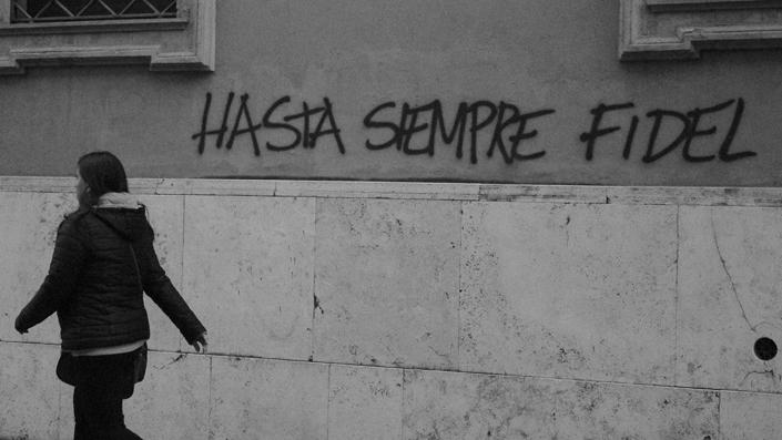 Foto Andrea Zennaro/ su un muro di Roma, durante un corteo per il No al referendum, spunta una scritta all'indomani della morte di Fidel