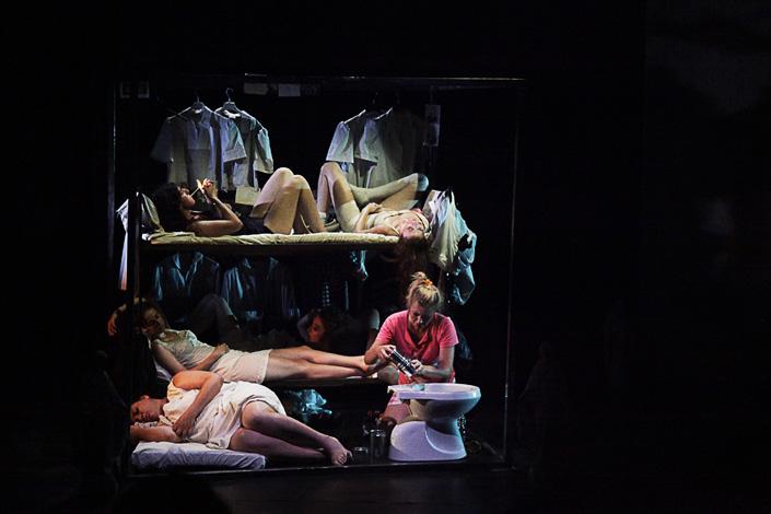 Teatro. Sette donne all'inferno. Anzi in galera