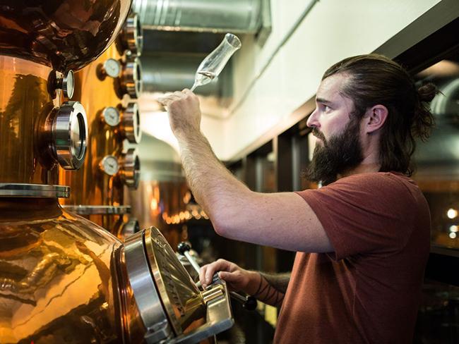 Spike Baker mastro birrario e distillatore della Wood Buffalo Brewing Company.