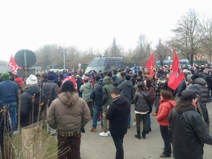Oggi davanti al carcere di Modena