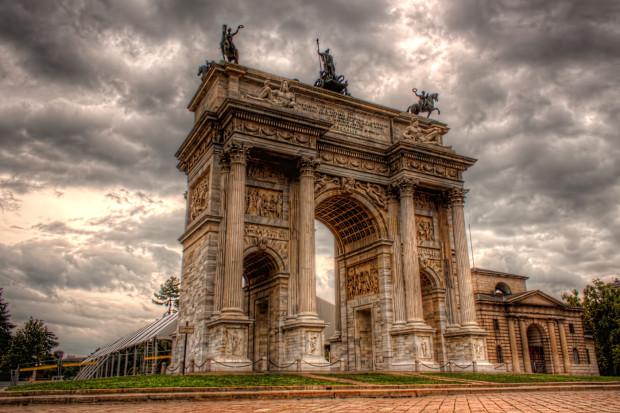 Schiaffo a Milano, il prefetto regala ai nazi l'Arco della Pace