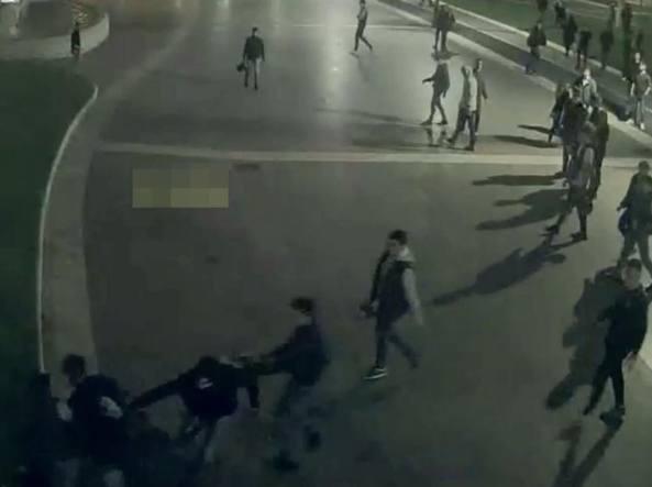 dal video dell'aggressione di piazza, immagine diffusa dai carabinieri