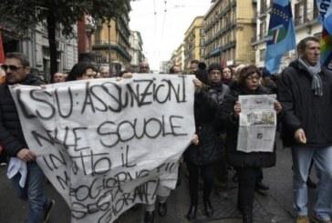 Napoli, auto pirata carica il picchetto dei lavoratori, un morto