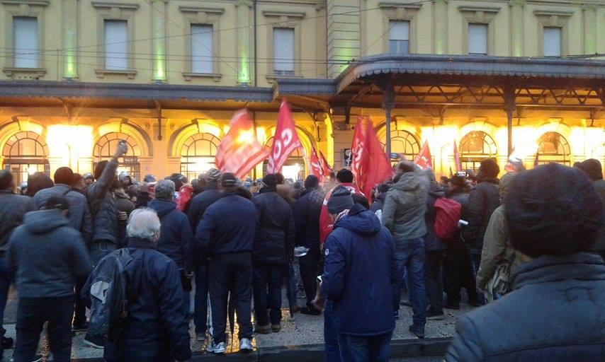 """Modena, questore """"No SiCobas"""": vieta il corteo e carica i lavoratori"""
