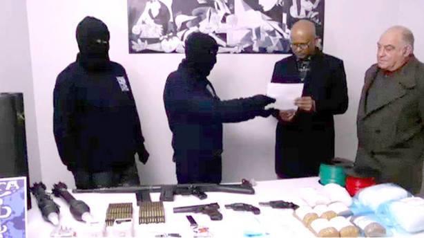 foto di repertorio dell'inizio della consegna di armi ai mediatori internazionali