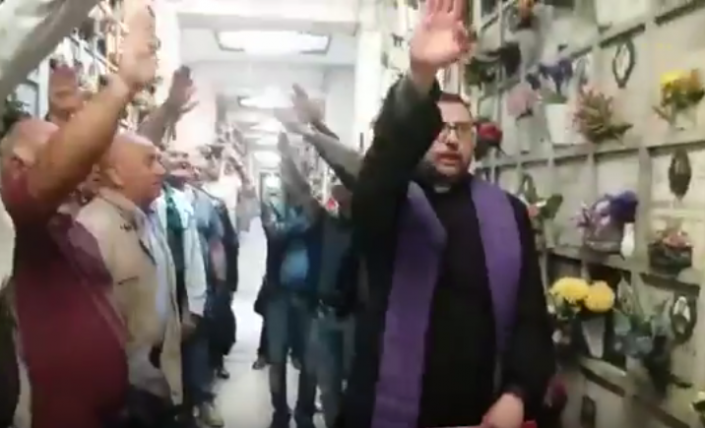 Milano, saluto romano del prete per il rapinatore [video]