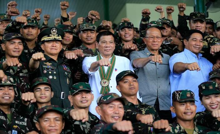il presidente Dutere con il suo esercito di stupratori