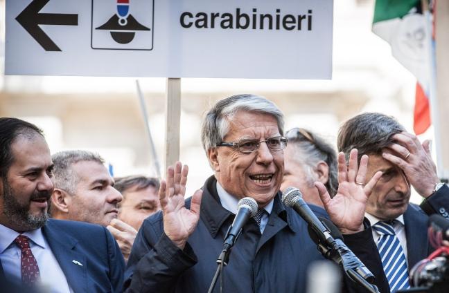 «Fuori Giovanardi dall'antimafia»