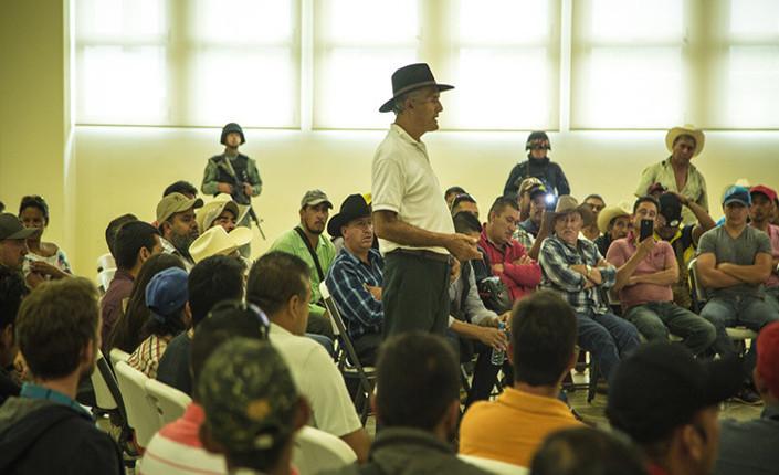 Il dottore Mireles parla della sua lotta durante un incontro con i produttori locali di avocado. Foto Paredes Coronel