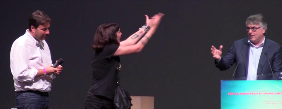 Una militante napoletana dell'ex Opg contesta Gotor sul palco del Brancaccio