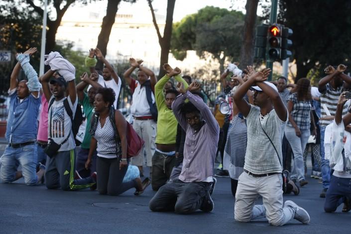 Roma, scontri a Piazza Indipendenza: polizia sgombera i migranti