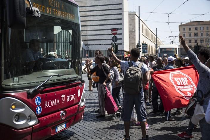 Migranti bloccano traffico in Piazza dei Cinquecento