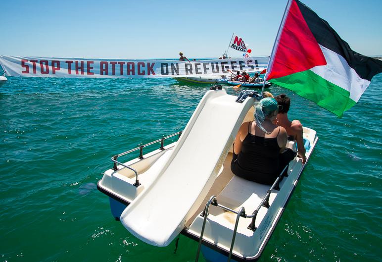 flottiglia antirazzista nel mare di Catania contro la nave di Defend Europe che vorrebbe impedire i salvataggi in mare [foto alessandra romeo, i siciliani-giovani]