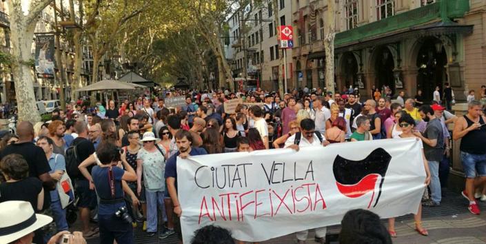 Barcellona non ha paura: antifascisti bloccano la falange