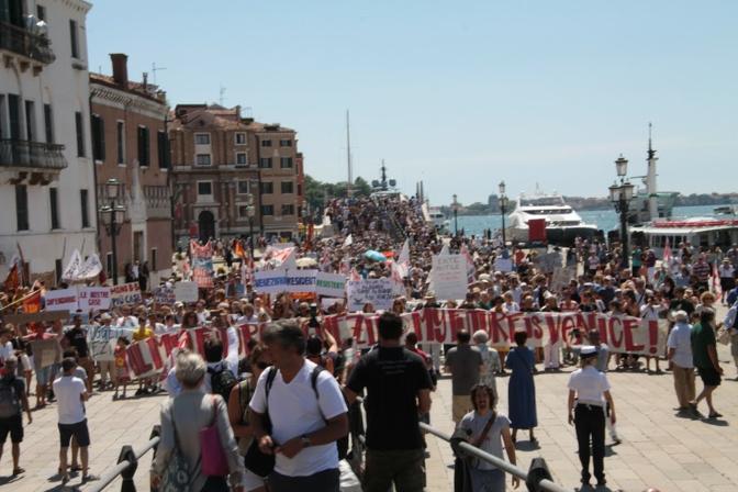 venezia_mi_no_vado_via_._a_migliaia_contro_l_invasione_di_turisti