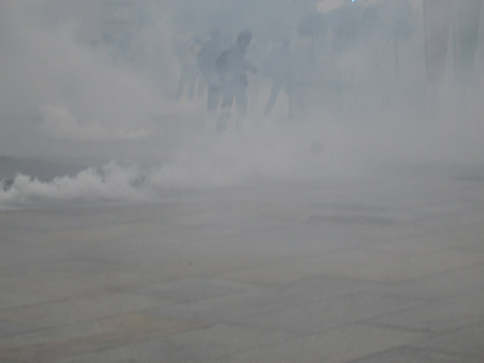 G7, lacrimogeni e manganelli contro fuochi artificiali