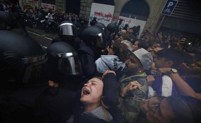 01 La polizia impedisce ai catalani l'accesso ai seggi