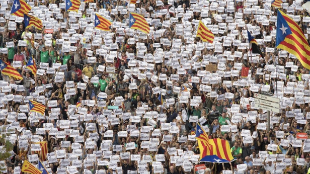 """Rajoy destituisce il """"govern"""", 450mila in piazza Catalogna"""