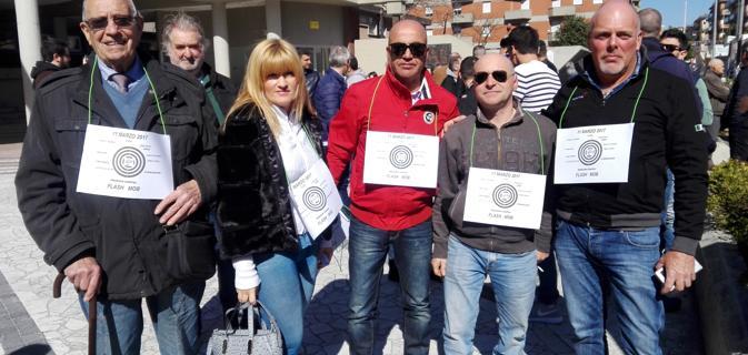 Un gruppo di patrioti di Aulla che hanno manifestato a marzo 2017 in solidarietà ai carabinieri. A prescindere