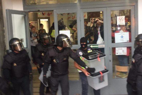 La Guardia civil porta via i contenitori per le schede elettorali