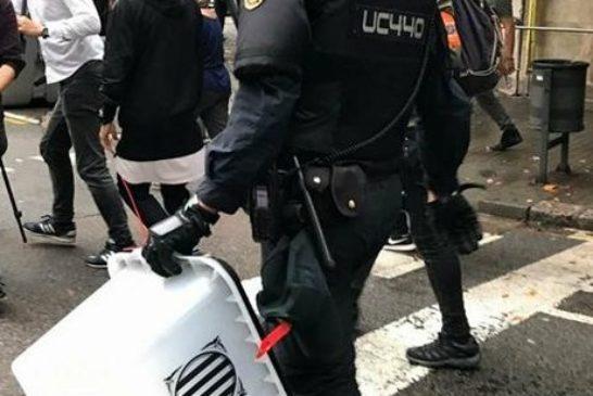guardia civil porta via contenitori delle schede elettorali