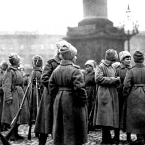 Soldatesse del battaglione della morte di guardia al Palazzo d'inverno nel novembre 1917. In hp l'assalto al palazzo nella ricostruzione di Eisenstejn