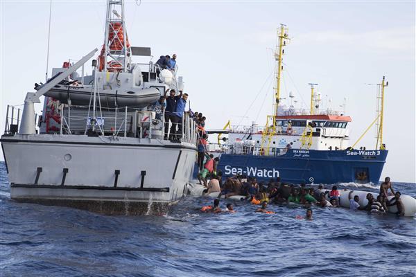 Sea Watch: «Bimbo morto a bordo e non sappiamo dove sbarcare»