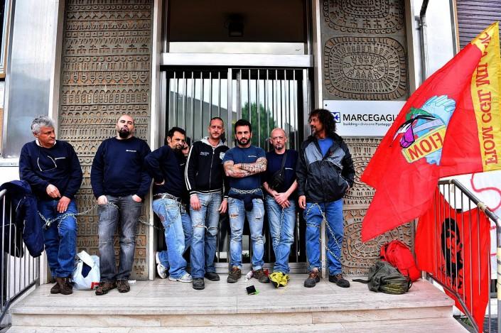 Protesta di operai che si sono incatenati davanti al cancello della ditta Marcegaglia