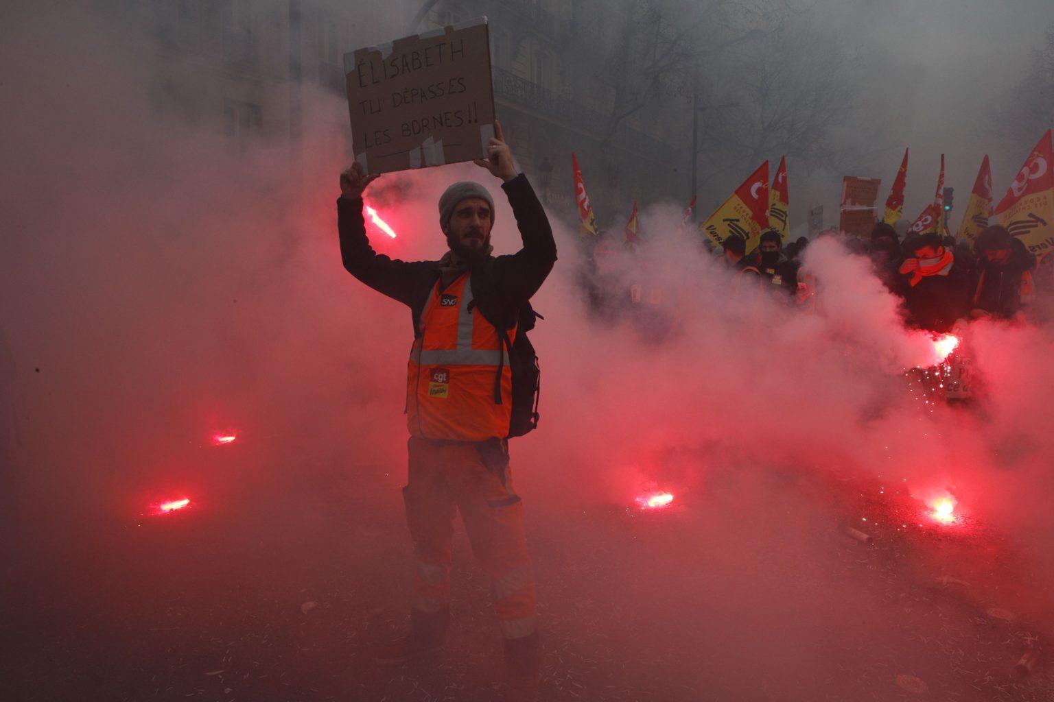 Francia, lo sciopero dei ferrovieri prova a battere Macron