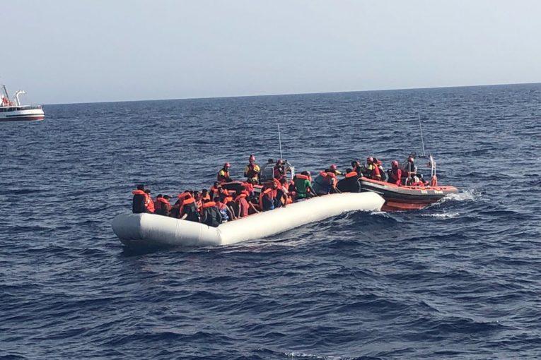 Open Arms accusa Italia e Libia: «Non li hanno voluti salvare»