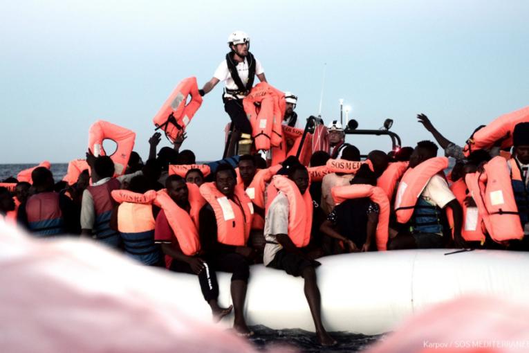 Salvini blinda i porti. De Magistris lo sfida