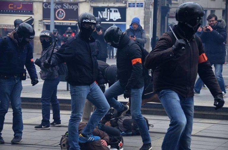 Malapolizia in Francia, l'affaire Benalla manda a picco Macron
