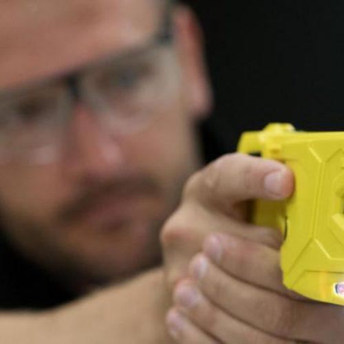 Salvini regala le taser alle polizie, armi a misura di abuso in divisa